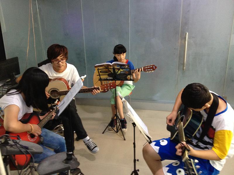 音乐器乐专业考生加紧练习中