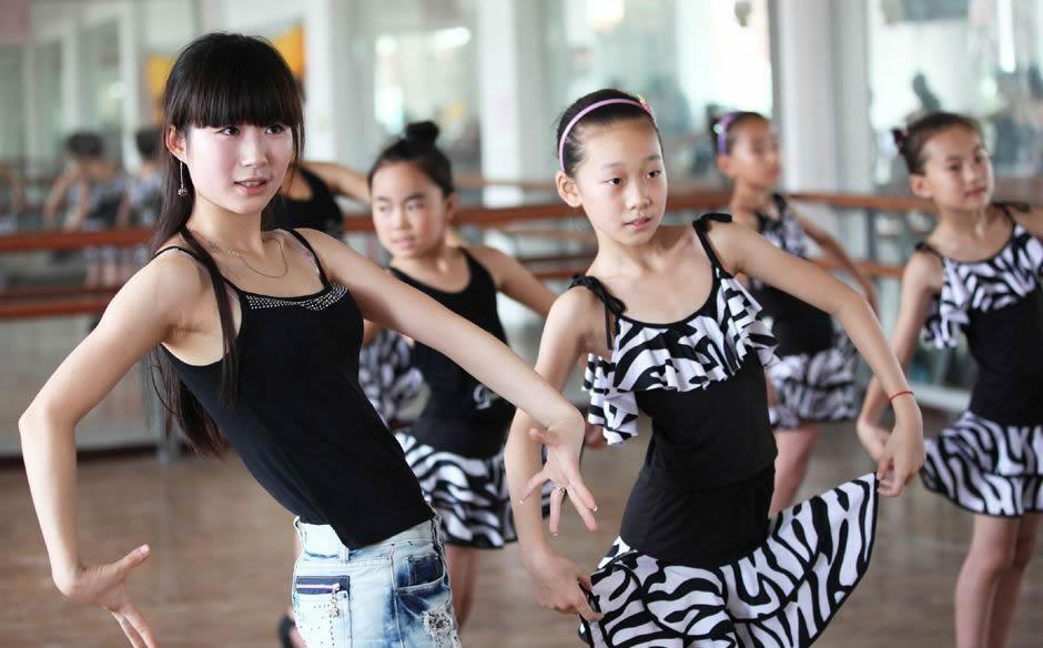 舞蹈艺术生在排练备考