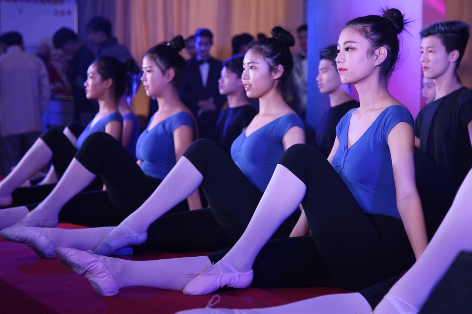 舞蹈艺术生正在训练