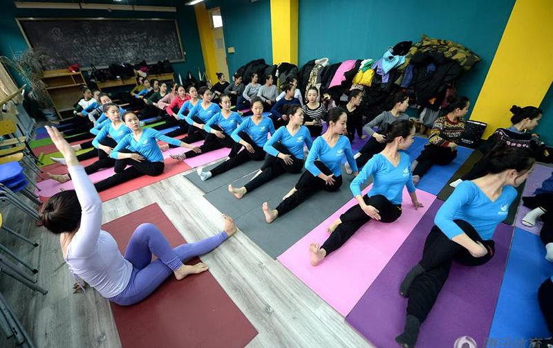 艺考生文化课压力大练瑜伽减压