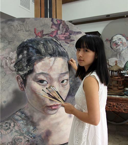 图为清华美院学子在画画