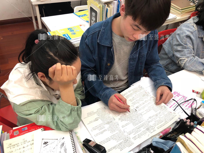 艺考生正在进行英语刷题训练